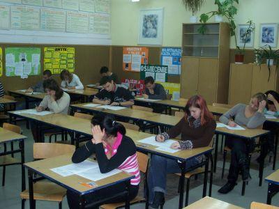 Maturzyści z kl. 3A podczas próbnego egzaminu z języka angielskiego